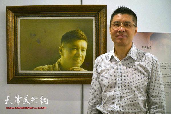 在自己的自画像《暖日》前,陈英杰面对镜头自信满满。