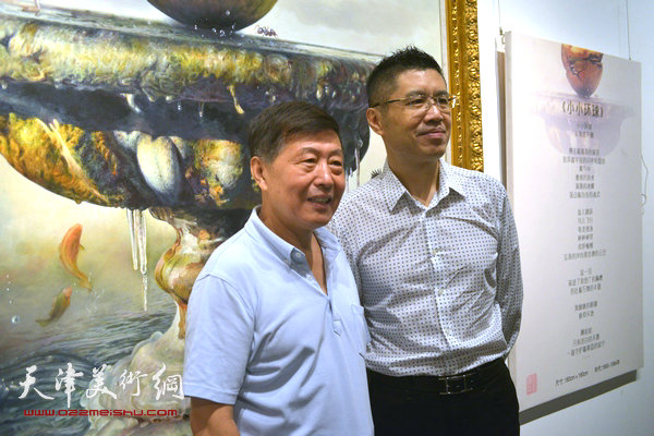程亚杰与学者刘学仁在布展现场。