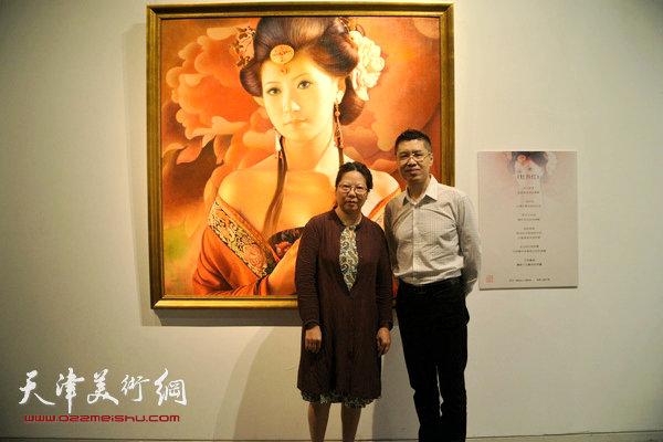 程亚杰与孙艳君在布展现场。