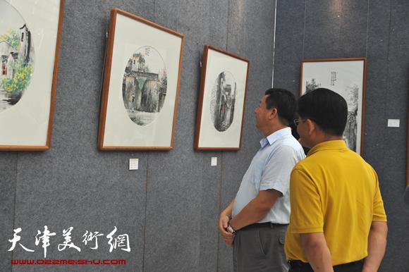 观众在2013庞雨中国画作品展上