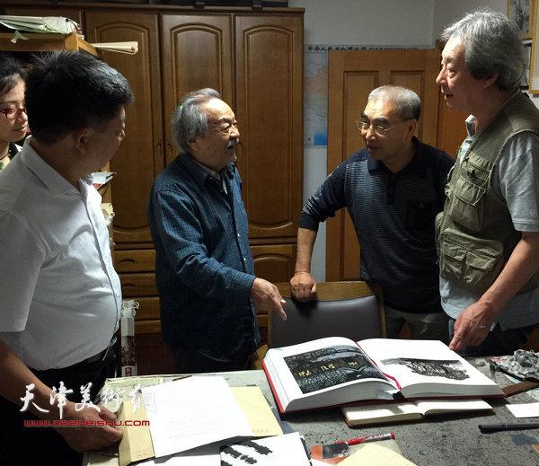 IMG_0144 王绍棠拜访吴燃先生,与张亚光、张养峰观看作品。(2015年9月)