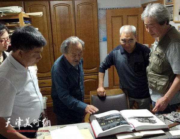 王绍棠拜访吴燃先生,与张亚光、张养峰观看作品。(2015年9月)