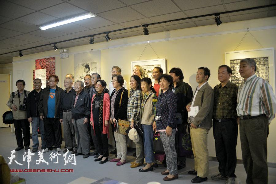 王绍棠版画作品展在天津群众艺术馆开幕,图为王绍棠与嘉宾在画展现场。