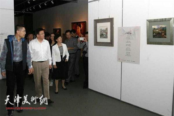 天津市委常委、市委宣传部部长王贺胜、天津市委统战部副部长王平观看程亚杰画展。