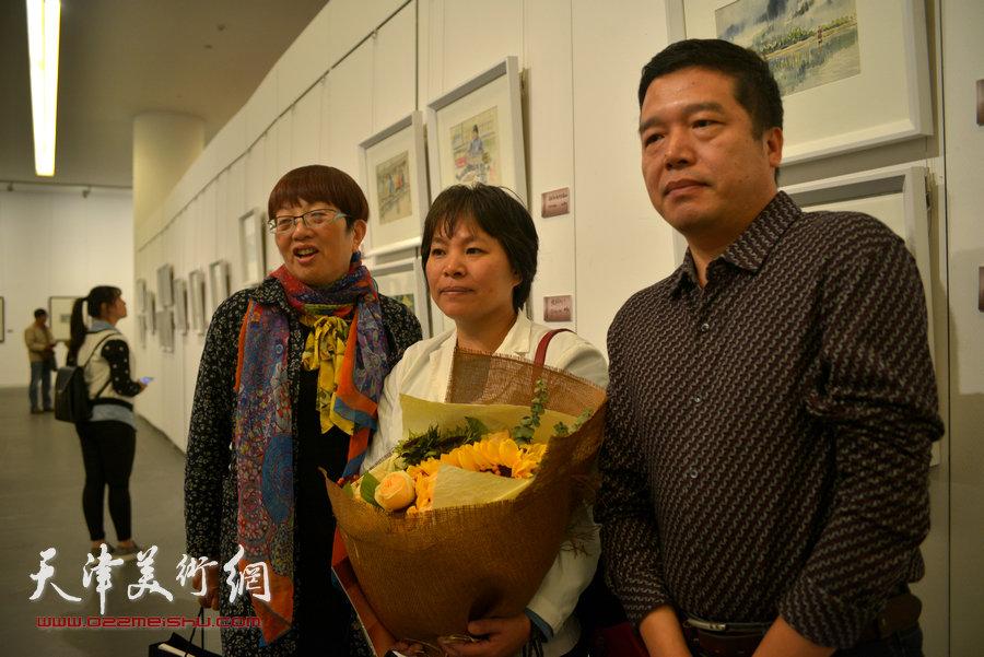董克诚等王双成先生的学生在画展现场。