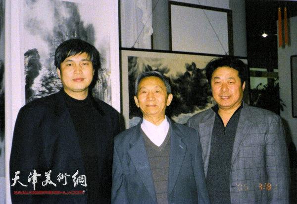 左锡云与他的老师李墨在一起.