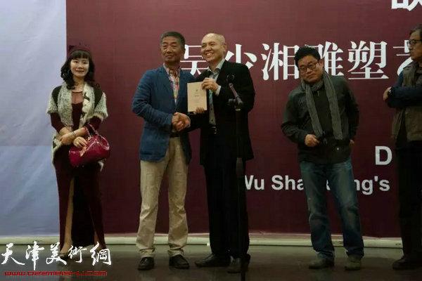吴少湘赠予天津美术学院一件作品,天津美术学院院长邓国源为吴少湘颁发收藏证书。