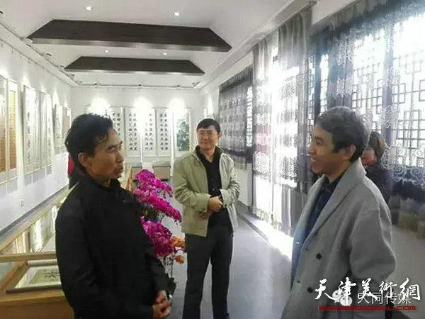 大同市文联主席聂还贵与任云程在书画作品展现场交流
