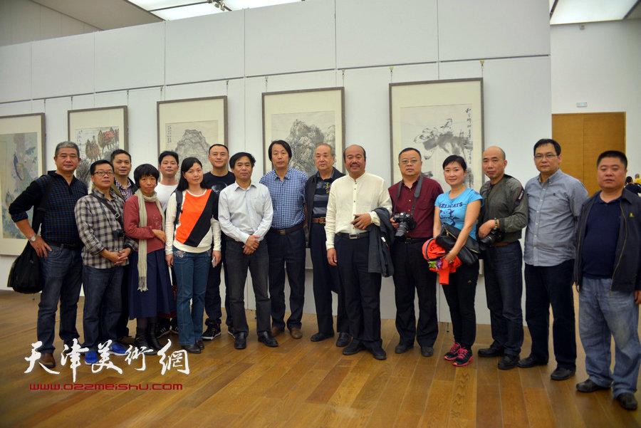 王振德、孟庆占、肖培金、孔宪江与观众在画展现场。