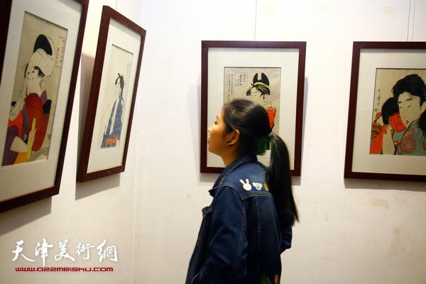图为美国当代木版画家、能面雕刻师瑞·诺尔特先生与西洋美术馆馆长李响在展览现场。