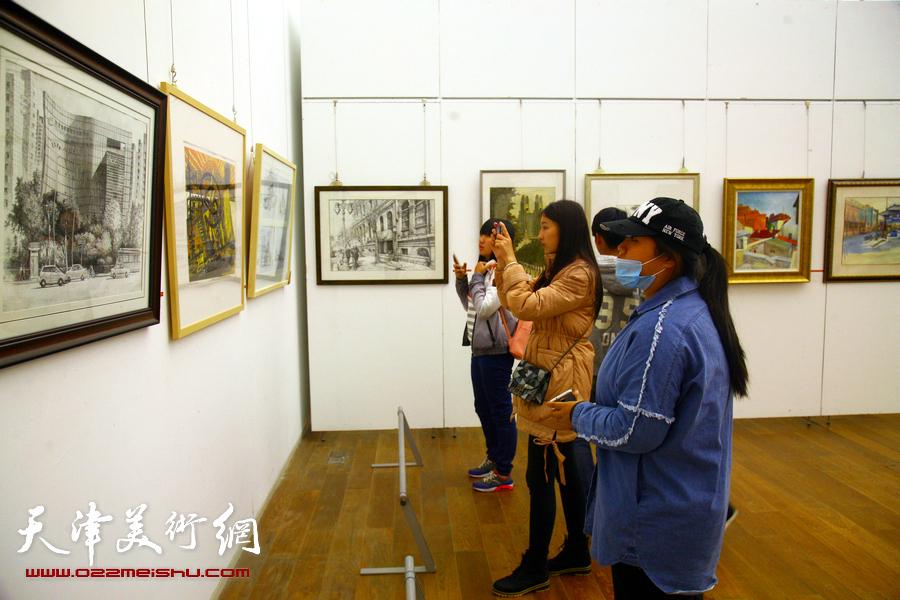 """图为""""深入生活、扎根人民""""天津市美术作品写生展展览现场。"""