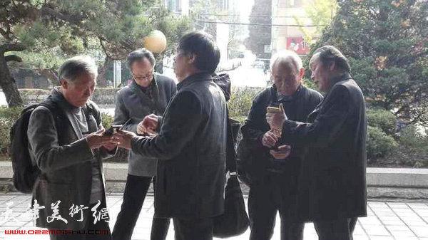 天津画家用微信与国内亲朋交流。