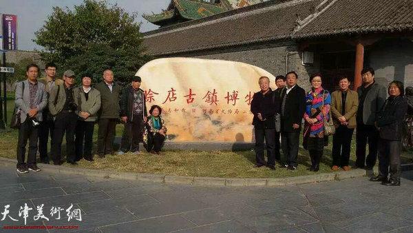 图为天津书画家在赊店古镇博物馆。