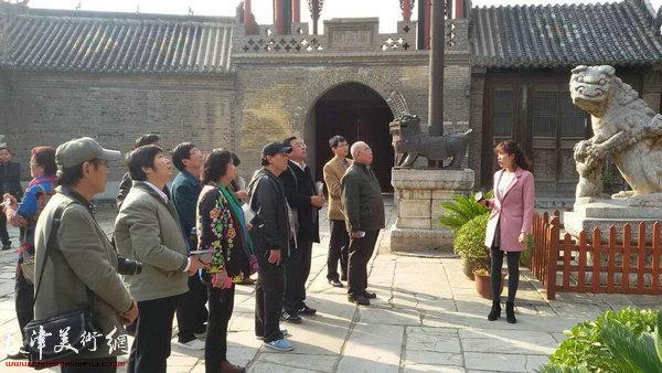图为天津书画家在赊店古镇。
