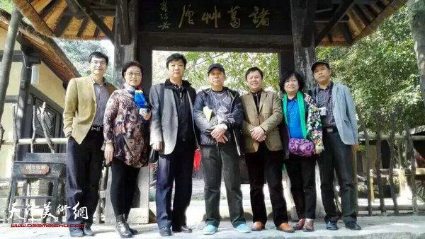 图为左起:天津书画家柳河、王俊英、翟洪涛、郭凤祥、李根有、孟昭丽、徐庆举在古隆中。