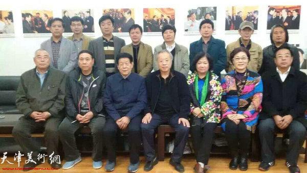 图为天津书画家拜访中国工艺美术大师、南阳市美协主席吴元全先生。