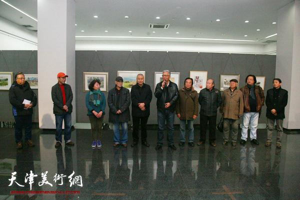 天津第二届小幅水彩作品展在天津城建大学城市艺术学院展览馆开幕,图为开幕式现场。
