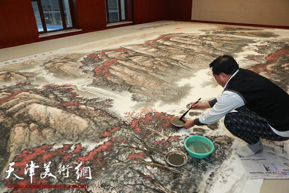赵俊山在创作《千岩竞秀沐朝阳》
