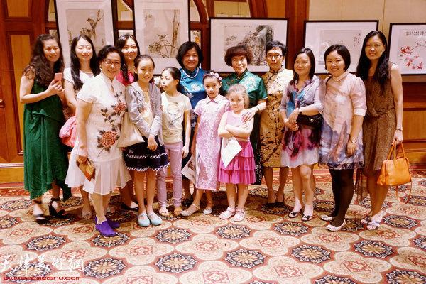 """天津""""五彩贝""""女画家孟昭丽、肖慧珠、崔艳萍、张永敬、史玉与与新加坡观众在一起"""