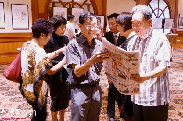 霍然与新加坡《新明日报》董事长何清福交谈