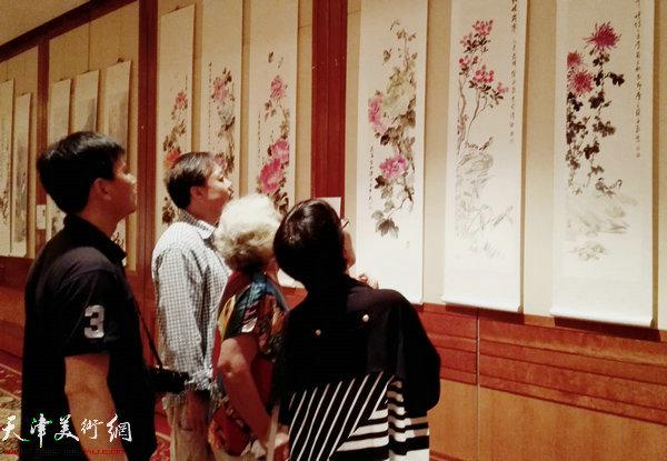 图为观众在观看展览