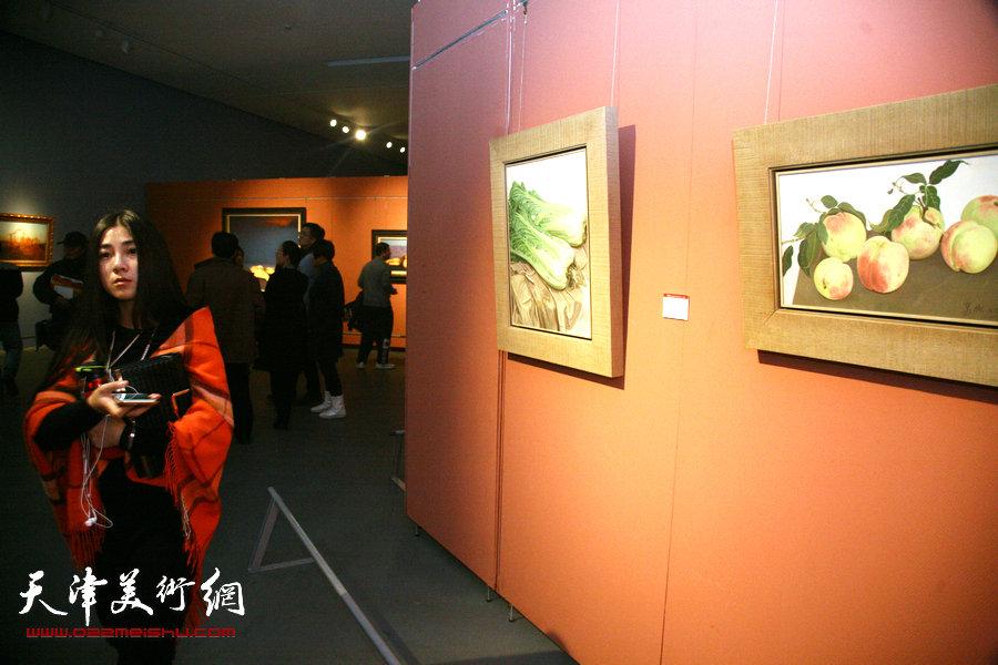 图为2015中国写实画派十一年展展览现场。