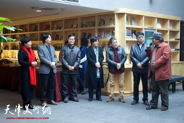 图为塘沽文联原主席李英杰在开幕仪式上致辞。