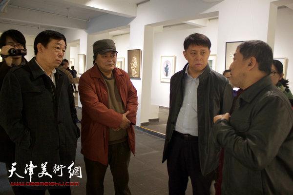图为范敏与王东红、田忠强、侯金立在画展现场交谈。