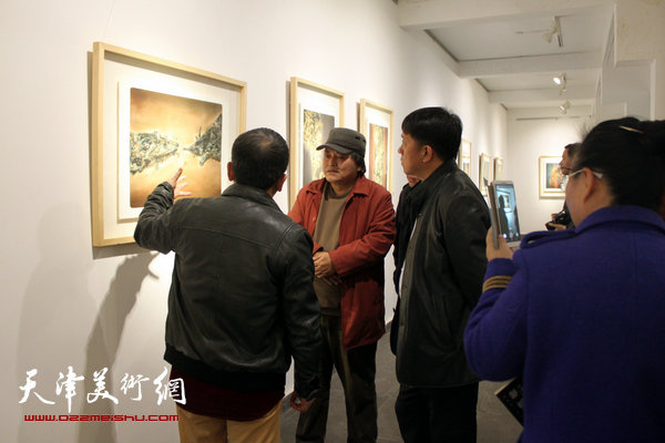 图为范敏在画展现场向王东红、李英杰等介绍展品。