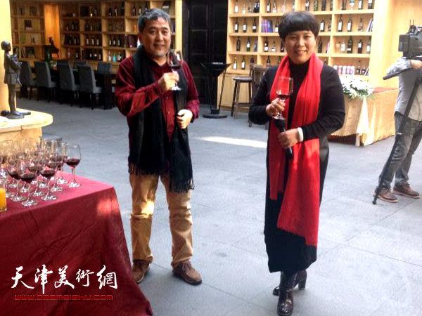 图为范敏与天津诺梵文化交流有限公司总经理甄永清在画展现场。