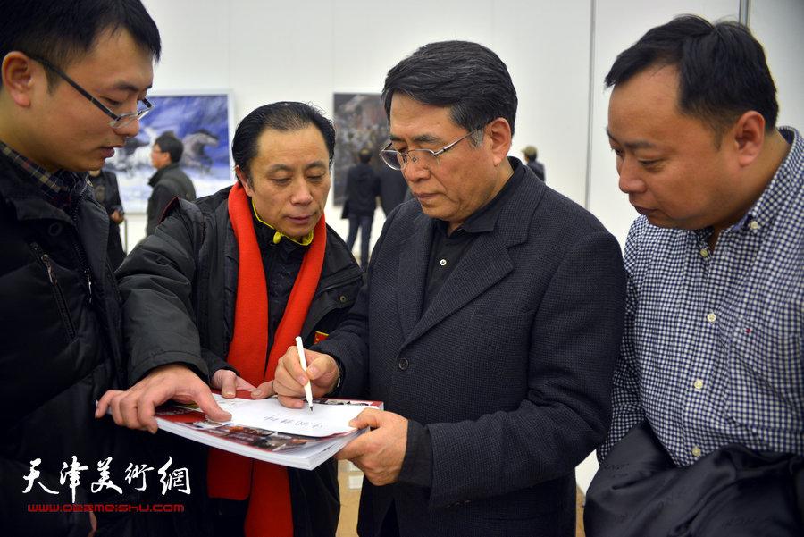 杨飞云与张大功、刘悦、杨颖在画展现场