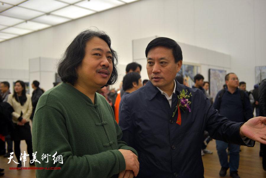 黄永刚、贾广健在观看展出的作品