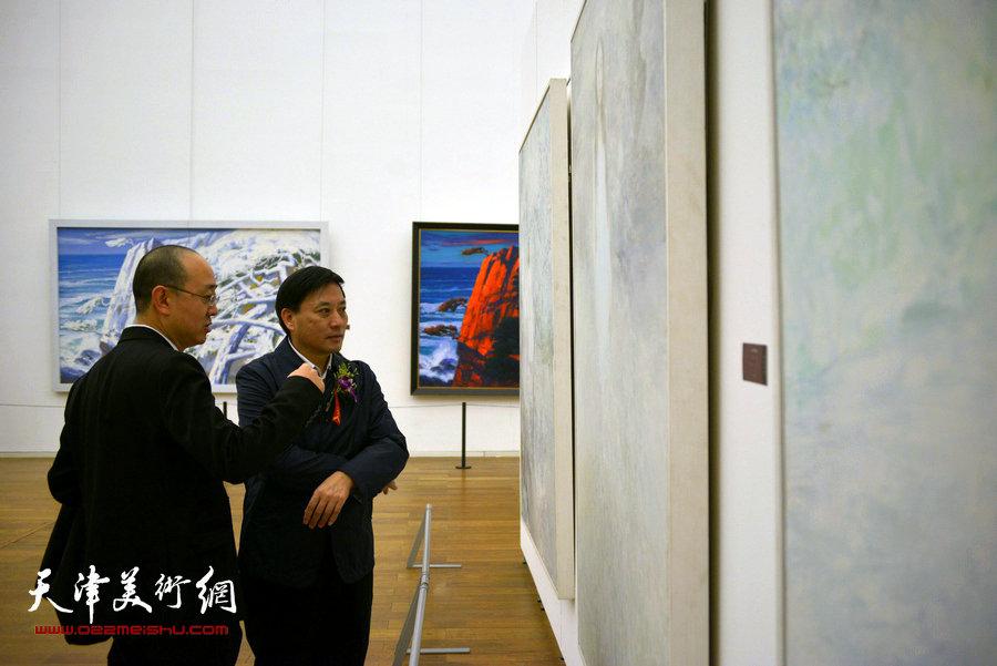 黄永刚、马驰在观赏展品