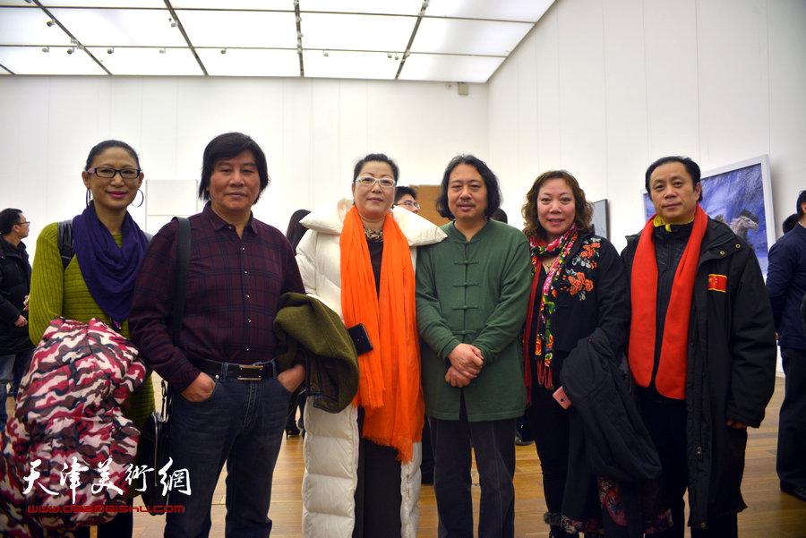 贾广健、高学年、张大功、郑二凤等在画展现场
