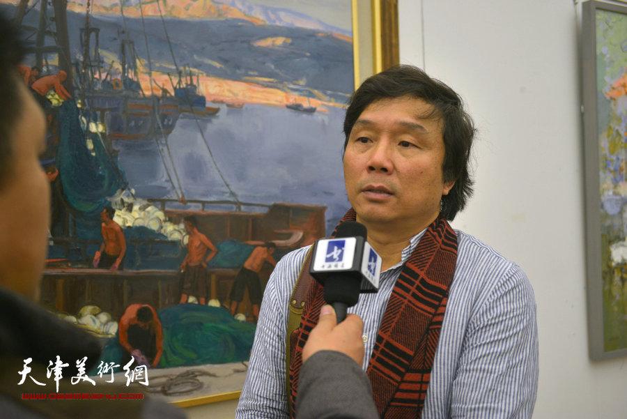 王琨在现场接受媒体采访