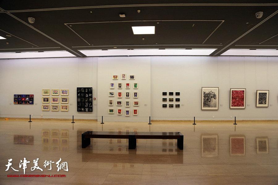 版上行—天津美术学院版画系教师作品展展览现场。