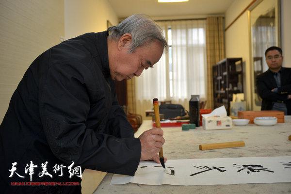 王焕墉先生在写书法