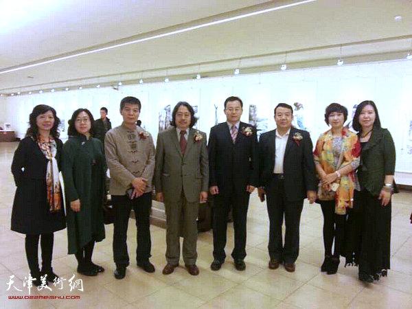 图为左起:李洁、武欣、范扬、贾广健、张桂元、王卫平、张春燕、任欢在画展开幕仪式现场。