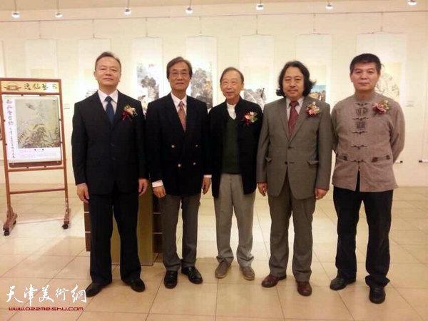 图为贾广健、张桂元与嘉宾在画展开幕仪式现场。