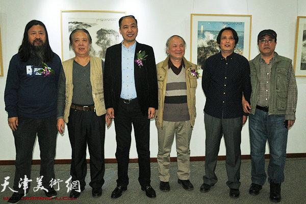 左起:梁旭华、纪荣耀、余海翔、李风雨、杨永茂、刘绍斌在画展现场。