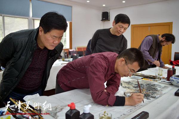 图为2015年12月,姜金军在中国红星宣纸集团进行创作。