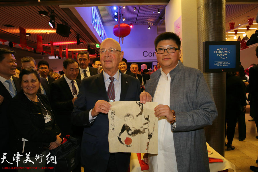 """世界经济论坛创始人、执行主席施瓦布教授与李旭飞在瑞士2016年达沃斯世界经济论坛""""天津之夜""""现场。"""