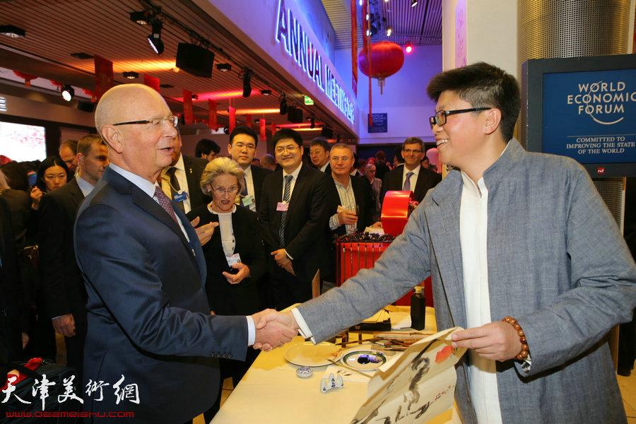 """图为施瓦布、 李旭飞在瑞士2016年达沃斯世界经济论坛""""天津之夜""""现场。"""
