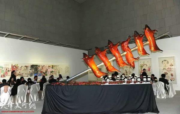 展览中厅现场装置还原了2012年的今日盛宴