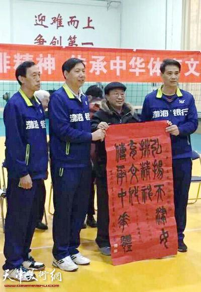 天津体育之光书画家向天津女排赠送画作。