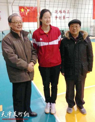 天津体育之光书画院书画家祝贺天津女排十夺桂冠慰问现场。