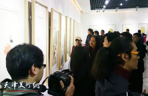 图为贾广健与学生、来宾在观赏作品。