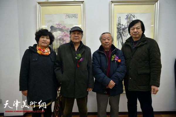 图为阮克敏、郭书仁与史振岭夫妇在画展现场。