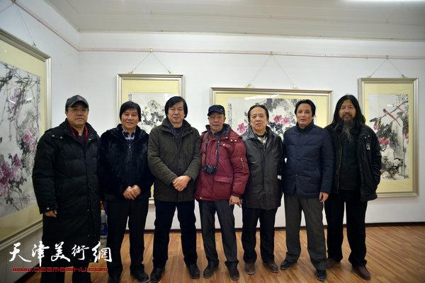 图为左起:刘绍斌、高学年、史振岭、曹剑英、纪荣耀、杨永茂、梁旭华在画展现场。