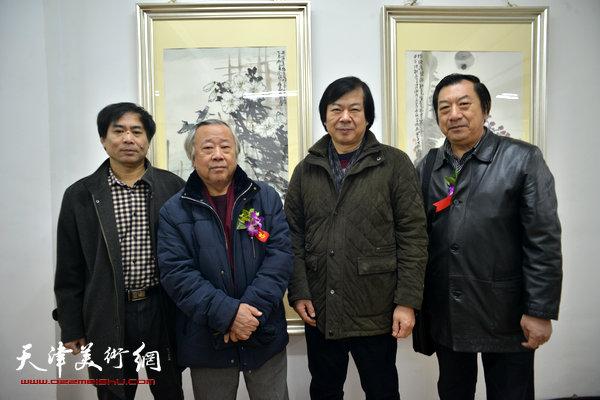图为左起:肖培金、阮克敏、史振岭、孙玉河在画展现场。